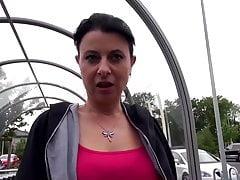 Hausfrau Bonny Devil im Auto fremd gegangen