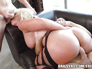 Brazzers Phoenix Marie Bubble Butt Ottiene un doppio succoso