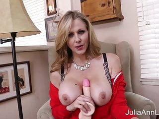 La milf tettona Julia Ann allunga la figa con un grosso giocattolo