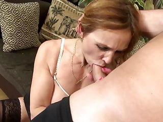 Incredibile mamma matura succhia e scopa il suo giovane amante