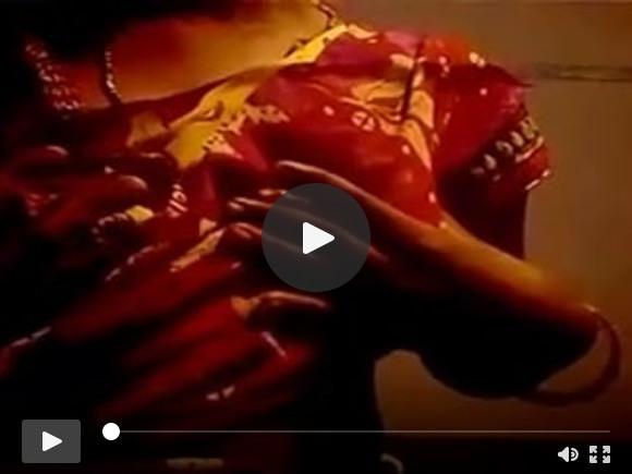 दक्षिण भारतीय गाँव की लड़की के स्तन दिखाने और दुहने के खेल