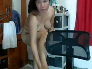 FILIPINA  LADY LYN VOLANTATE RUBBING CREAM ON HER BODY!