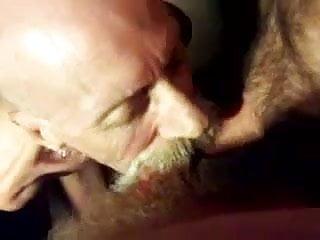 Vieux suce deux grosses bite grandpa suck too...