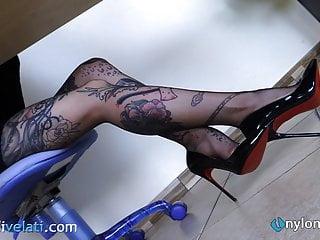 Il segretario in collant si toglie i tacchi alti