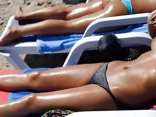 Arrogante Tuerkin praesentiert ihre Titten beim Sonnenbad!
