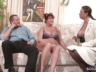 Paar bekommt SexTipps von der MILF Freundin und macht Dreier