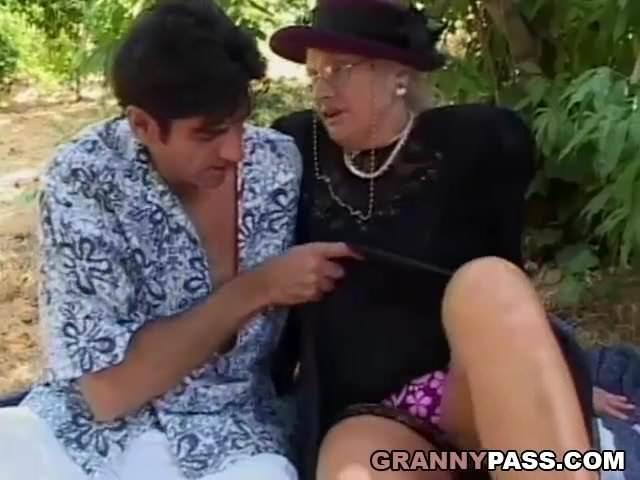 Egy parkban szexelt egymással az anyuka és a fia
