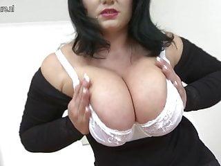 Mamma calda con grandi tette e vagina affamata