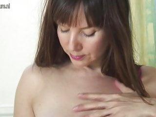 Mamma cougar amatoriale con vagina affamata