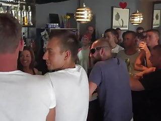 Dievčatá vyjebe plný bar mužov