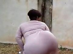 Mature huge butt dancing