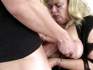 Procace madre naturale scopata da un giovane non suo figlio